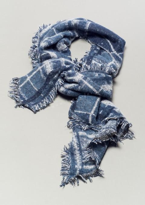 Zimowy szal z przyjemnej w dotyku dzianiny niebiesko - biały.